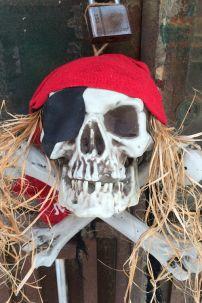 Đầu Lâu Trang Trí Halloween Kiểu Cướp Biển